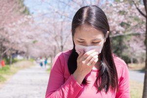花粉症の症状で苦しんでいる女性